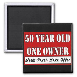 50 ans, un propriétaire - les pièces des besoins,  magnet carré