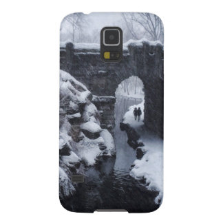 A Couple Walking Under a Snowy Glen Span Arch Galaxy S5 Cover