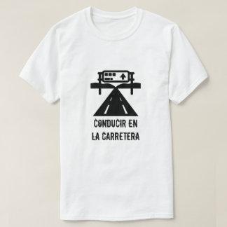 A highway and text: conducir en la carretera T-Shirt