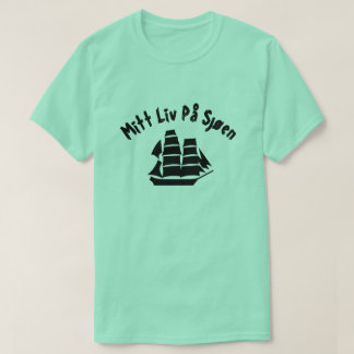 A sailing ship with text Mitt liv på sjøen T-Shirt
