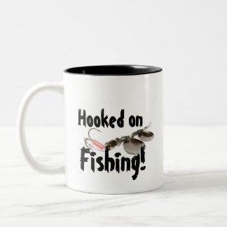 Accroché sur la tasse de pêche