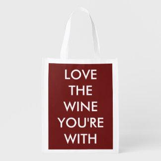 Aimez le vin que vous êtes avec sacs d'épicerie