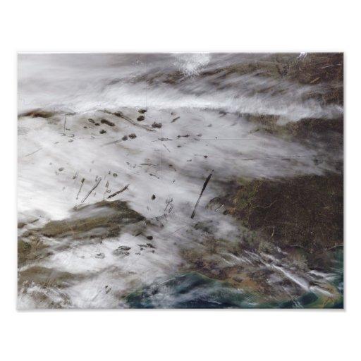 Aircraft dissipation trails photograph