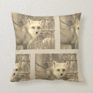 Almofada Fox 1 Throw Pillow