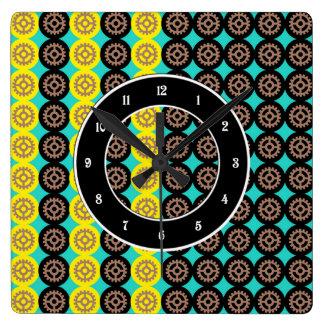 Alternating gearwheels pattern clock