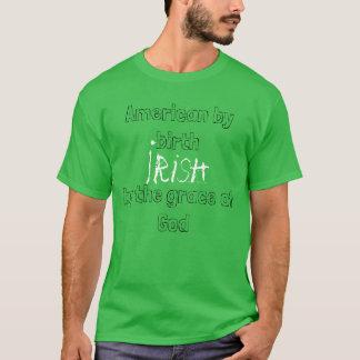 Américain par l'Irlandais de naissance par le T-shirt