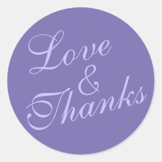 Amour et mercis cursifs épousant très pourpre sticker rond