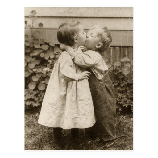 Amour vintage Romance, enfants embrassant, premier Carte Postale