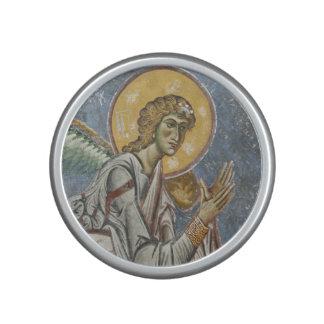 Ange bizantin avec les mains pliées haut-parleur bluetooth