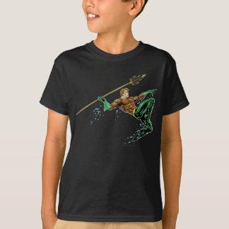 Aquaman se précipitant avec la lance t shirts