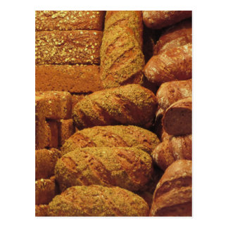Arrière - plan de beaucoup de pains mélangés et de cartes postales