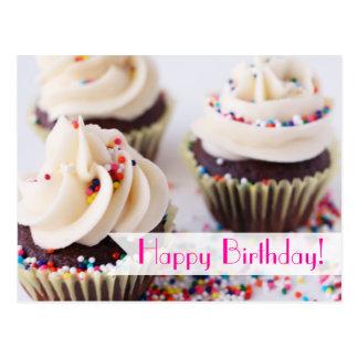Arrosez le joyeux anniversaire de petits gâteaux carte postale