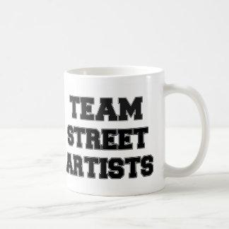 Artistes de rue d'équipe tasses à café