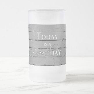 Aujourd'hui est une tasse givrée par beau jour