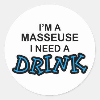 Ayez besoin d'une boisson - masseuse sticker rond