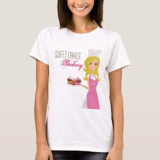 Baker blond de T-shirt de société sur les gâteaux