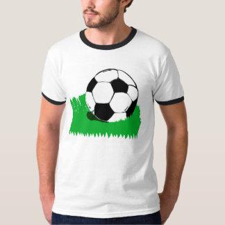 Ballon de football dans le T-shirt de la sonnerie