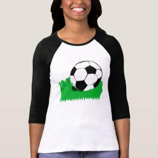 Ballon de football dans le T-shirt de raglan de