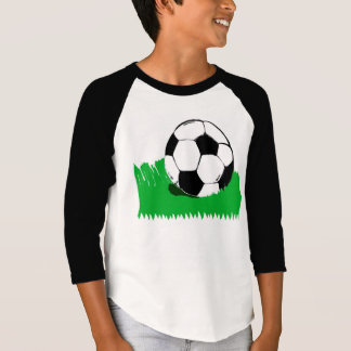Ballon de football dans le T-shirt raglan des