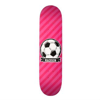 Ballon de football sur les rayures roses au néon planches à roulettes