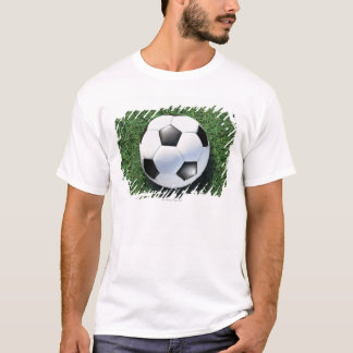 Ballon de football sur l'herbe verte, plan t-shirt