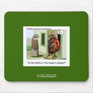 Bande dessinée drôle de coccinelle sur le tapis de tapis de souris