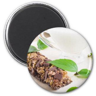 Barre de chocolat avec de la céréale et un lait magnet rond 8 cm
