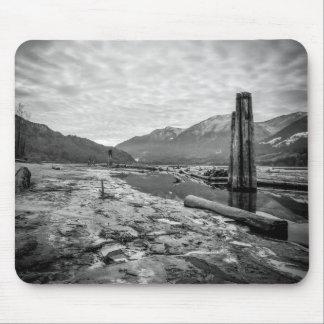 Basse photo de rivière d'hiver noir et blanc drama tapis de souris