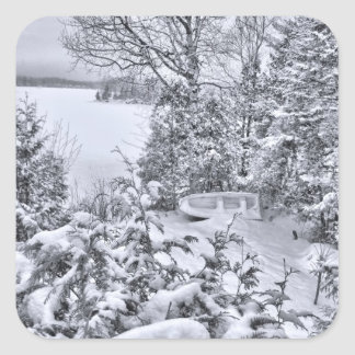 Bateau de pêche, forêt d'hiver, tempête de neige sticker carré