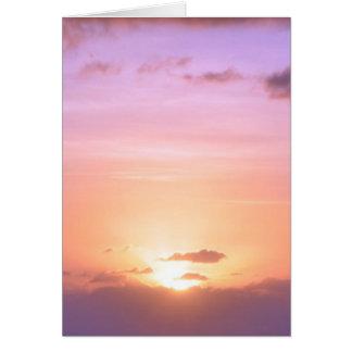 Beau coucher du soleil avec le pourpre rose orange carte de vœux