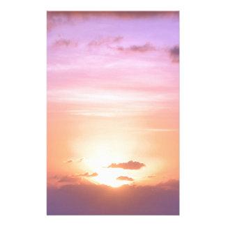Beau coucher du soleil avec le pourpre rose orange papeterie
