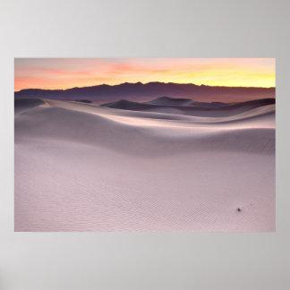 Beau lever de soleil au-dessus des dunes de sable  poster