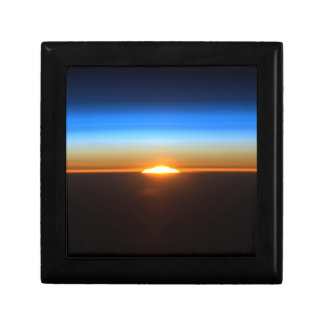 Beau lever de soleil dans l'espace boîte à bijoux