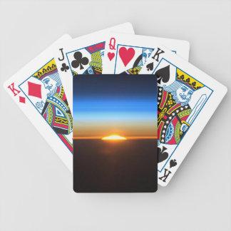 Beau lever de soleil dans l'espace jeux de cartes