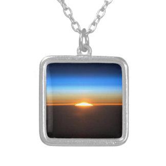 Beau lever de soleil dans l'espace pendentif carré