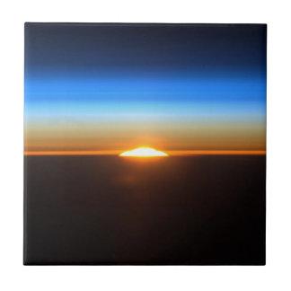 Beau lever de soleil dans l'espace petit carreau carré