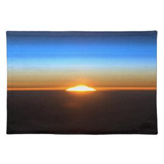 Beau lever de soleil dans l'espace set de table