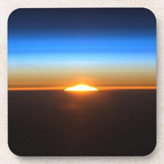Beau lever de soleil dans l'espace sous-bock