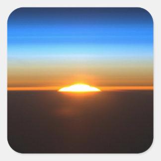 Beau lever de soleil dans l'espace sticker carré