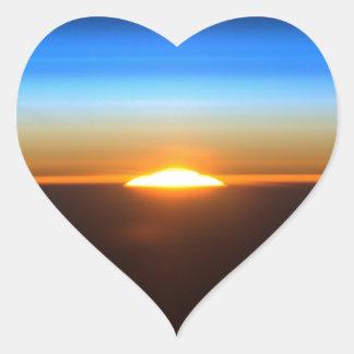 Beau lever de soleil dans l'espace sticker cœur