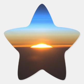 Beau lever de soleil dans l'espace sticker étoile