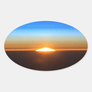 Beau lever de soleil dans l'espace sticker ovale