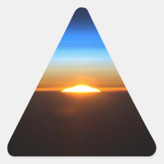 Beau lever de soleil dans l'espace sticker triangulaire