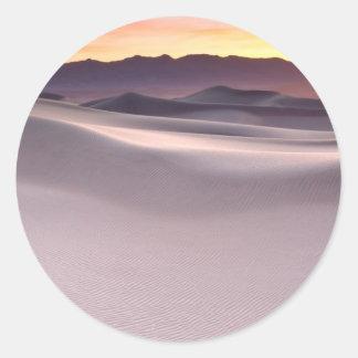 Beau lever de soleil de désert sticker rond