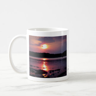 Beau lever de soleil de plage tasse à café