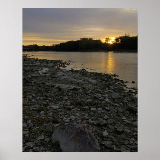 Beau lever de soleil de rivière affiches