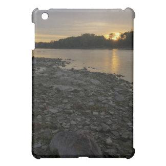 Beau lever de soleil de rivière étuis iPad mini
