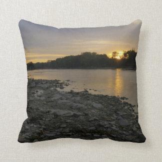 Beau lever de soleil de rivière oreiller