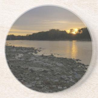 Beau lever de soleil de rivière dessous de verres
