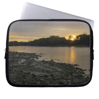 Beau lever de soleil de rivière housse ordinateur portable